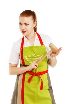 Ritratto di casalinga arrabbiata con un martello di carne nelle sue mani