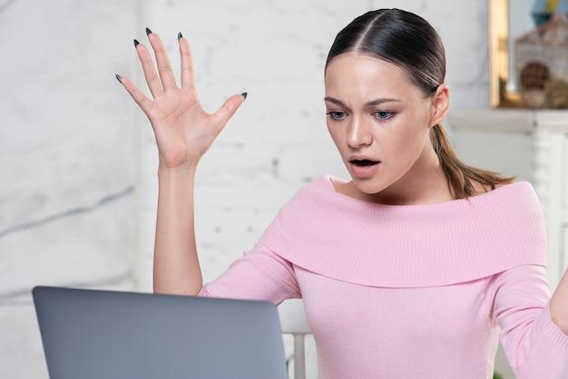 Ritratto di ragazza scioccata indignata arrabbiata hater, giovane donna stressata nervosa alla ricerca