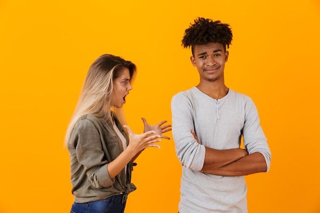 Ritratto di una coppia multietnica arrabbiata