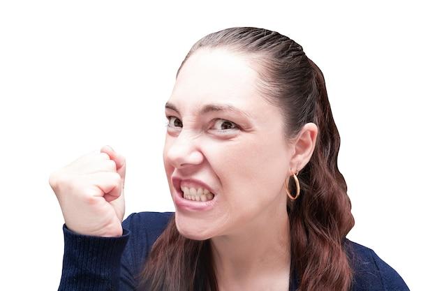Ritratto di donna arrabbiata con denti scoperti e pugno chiuso, isolato su sfondo bianco