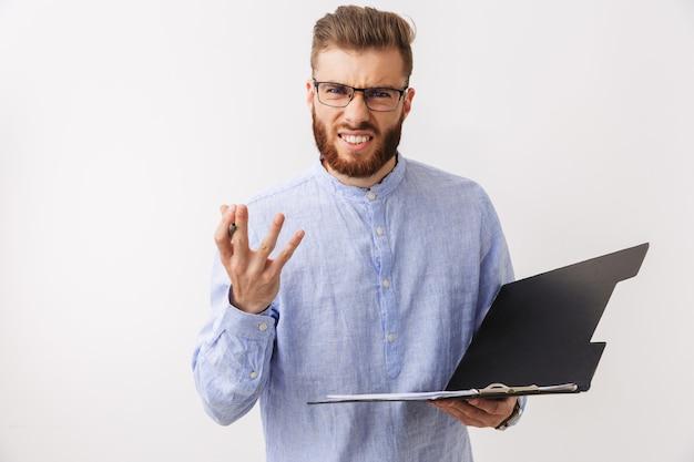 Ritratto di un giovane uomo barbuto arrabbiato