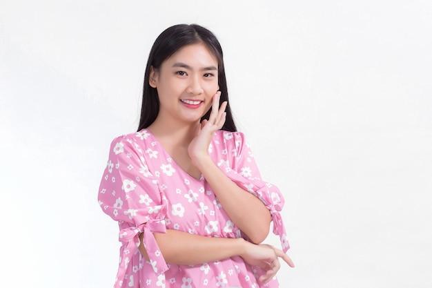 Ritratto di bella donna asiatica in abito rosa e capelli lunghi neri