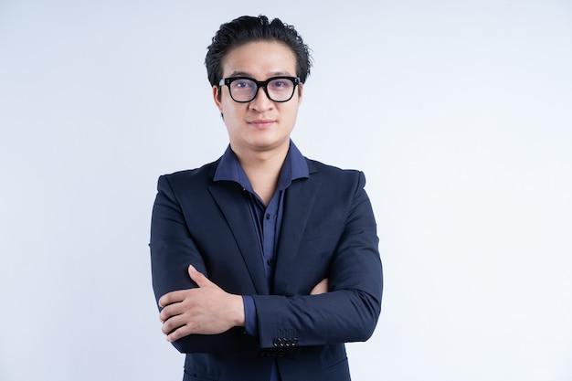 Ritratto di uomo d'affari asiatico in piedi con le braccia incrociate