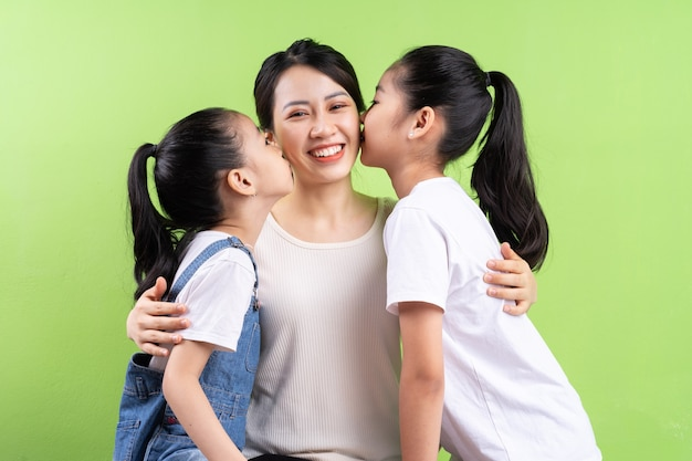 Ritratto di famiglia asiatica su sfondo verde