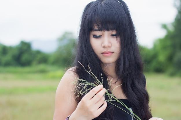 Ritratto di ragazza asiatica che indossa abito nero