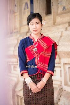 Ritratto di ragazza asiatica con abito tradizionale locale tailandese famoso nella campagna della thailandia