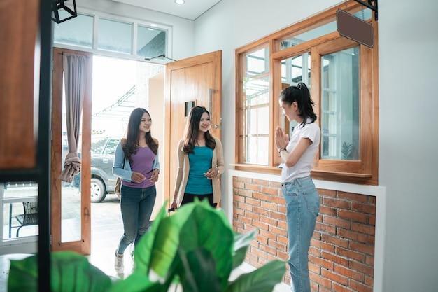 Ritratto del personale asiatico della pensione che accoglie gli ospiti in hotel boutique