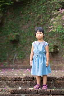 Il ritratto della bambina asiatica ha increspato le sue labbra