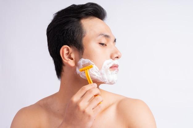 Ritratto di uomo asiatico rasatura