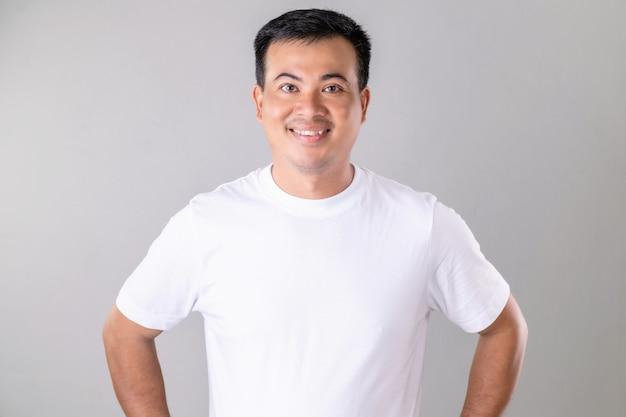 Ritratto di uomo asiatico che indossa la maglietta bianca