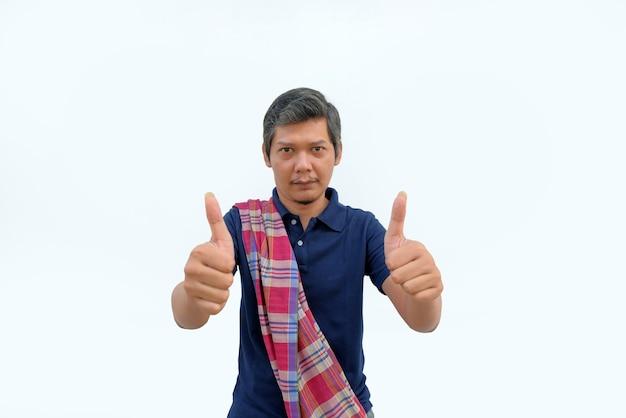 Ritratto di uomo asiatico con il pollice in alto
