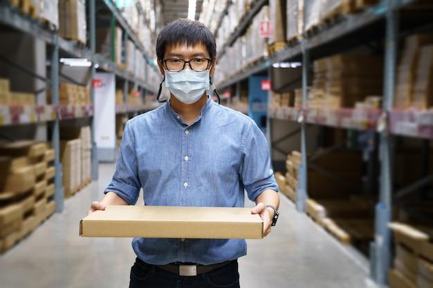 Ritratto di uomini asiatici, personale, conteggio dei prodotti responsabile del controllo del magazzino in piedi,