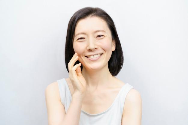 Ritratto di donna centrale asiatica su bianco