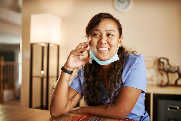 Ritratto di infermiera asiatica a casa