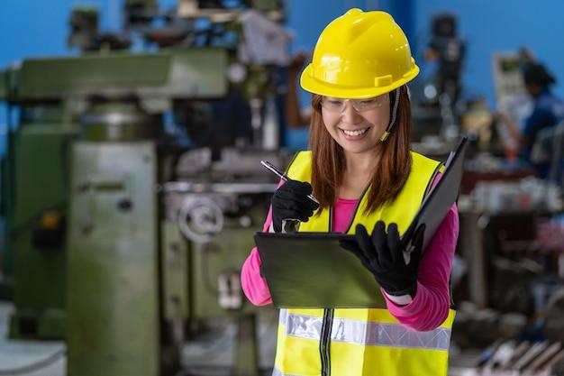 Ritratto di ingegnere di vendita donna asiatica che controlla l'elenco dei lavori in carta