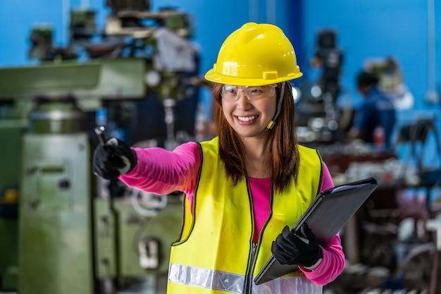 Ritratto di una donna asiatica ingegnere di vendita che controlla l'elenco dei lavori in carta