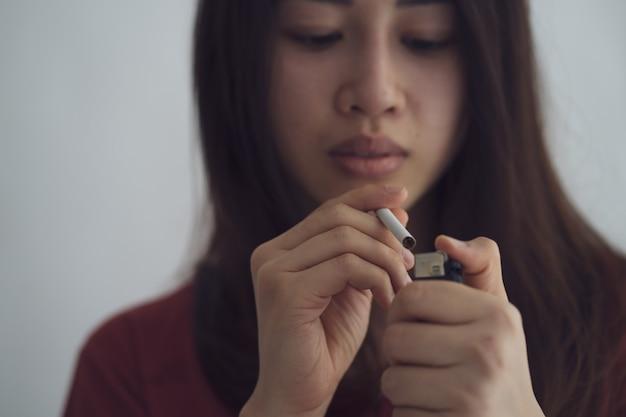 Ritratto di una donna asiatica il cui corpo è indebolito dal fumo