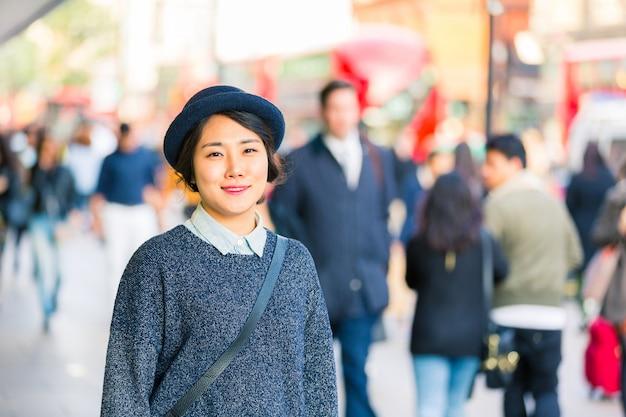 Ritratto di una donna asiatica con persone sfocate