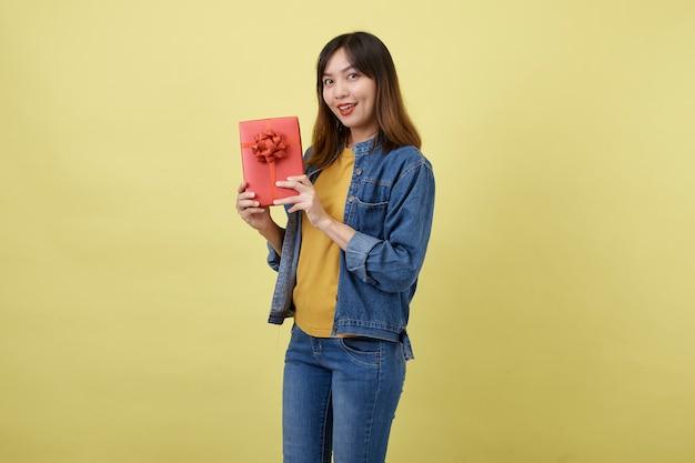 Ritratto di donna asiatica con confezione regalo
