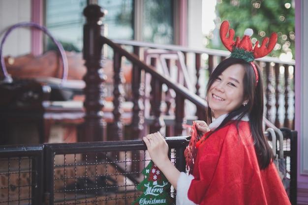 Ritratto di donna asiatica con il sorriso a casa in buone vacanze. felice nel festival di natale e nel nuovo anno.