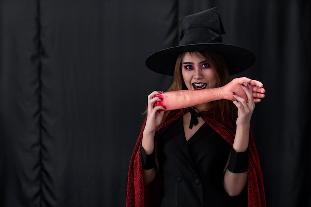 Il ritratto della giovane donna adolescente adulta asiatica indossa il panno del costume di halloween
