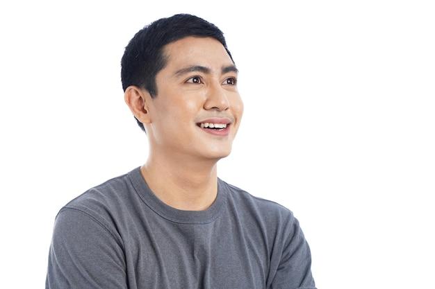 Ritratto di giovane uomo asiatico bello sorridere e pensare con felice espressione, isolato su sfondo bianco