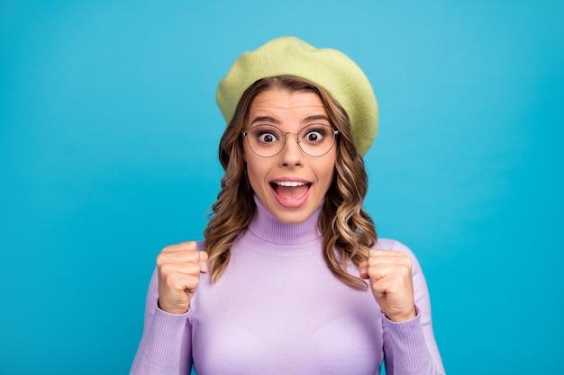 Il ritratto della ragazza pazza stupita celebra la vittoria sulla parete dell'alzavola