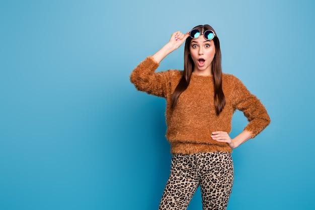 Ritratto di stupito ragazza pazza sguardo stupore incredibile venerdì nero affare urlo gridare indossare abiti eleganti isolati su parete di colore blu