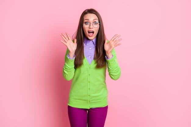Ritratto del grido stupito della ragazza della paura isolato su uno sfondo di colore rosa
