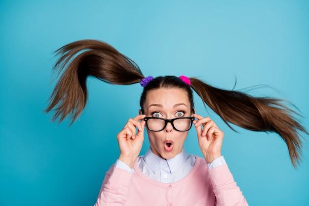 Il ritratto di una studentessa stupita sembra una notizia inaspettata per l'esame di laurea