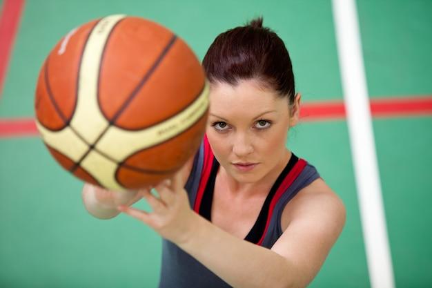 Ritratto di una giovane donna atletica che gioca pallacanestro