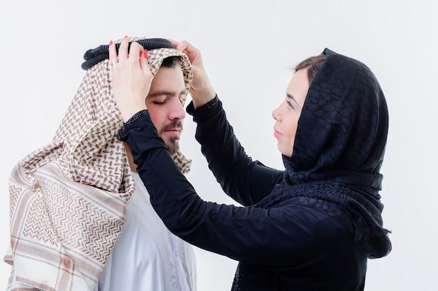 Ritratto di attraente coppia araba vestita in modo mediorientale