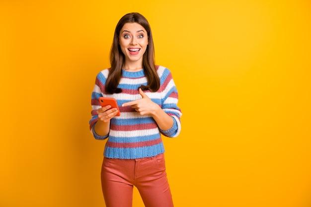 Ritratto di attraente bella ragazza felice tenendo in mano il dito diretto