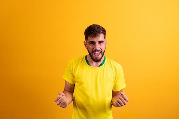 Ritratto di un ragazzo barbuto allegro e fortunato attraente che celebra la migliore fortuna isolato su uno sfondo di colore giallo brillante