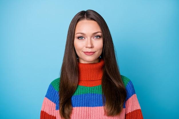 Il ritratto di una bella ragazza attraente e adorabile ha un bell'aspetto con un pullover da indossare in macchina fotografica isolato su uno sfondo di colore blu
