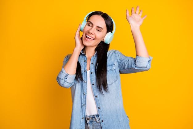 Ritratto di una ragazza attraente e sognante che ascolta musica che balla