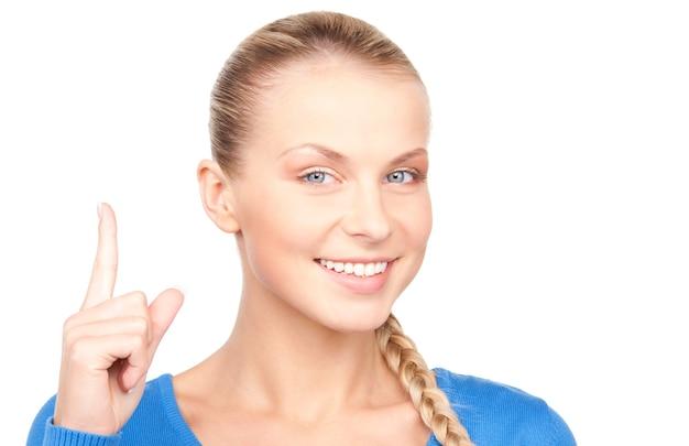 Ritratto di giovane donna attraente con il dito alzato