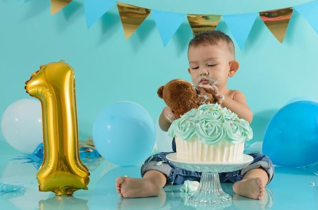 Ritratto di bambino che festeggia il suo compleanno sessione di torta smash
