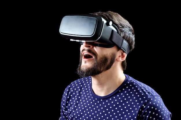 Ritratto di uomo barbuto con gli occhiali di realtà virtuale