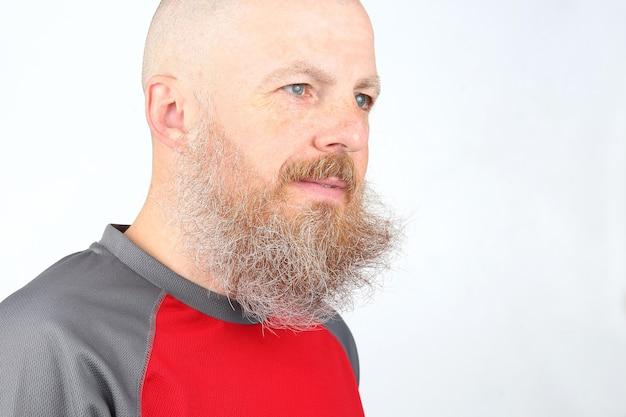 Ritratto di un uomo barbuto su sfondo chiaro