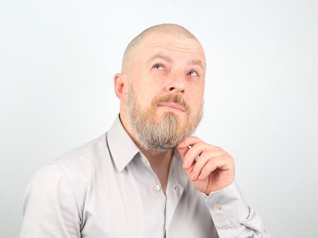 Ritratto di un uomo barbuto su una luce