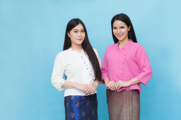 Ritratto belle ragazze asiatiche in abito tradizionale tailandese