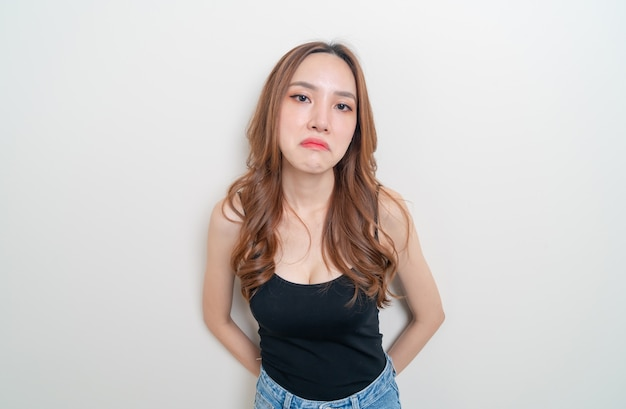 Ritratto bella donna asiatica arrabbiata, stress, preoccupazione o lamentarsi su sfondo bianco