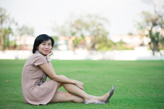Ritratto di bella donna asiatica nel parco