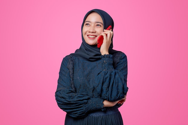 Ritratto di bella donna asiatica che parla da smartphone con espressione di felicità