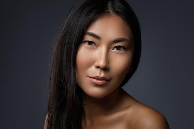 Ritratto di bella donna asiatica con capelli sani neri