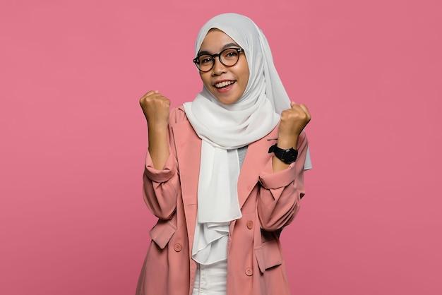 Ritratto di bella donna asiatica con espressione eccitata