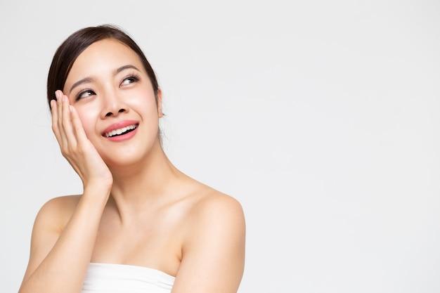 Bella donna asiatica del ritratto