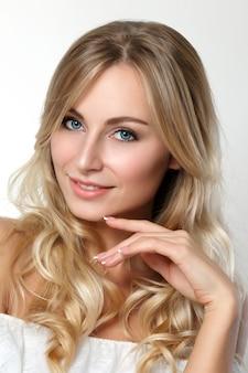 Ritratto di bella donna bionda con gli occhi azzurri. concetto di cura della pelle, spa, benessere e stile di vita.