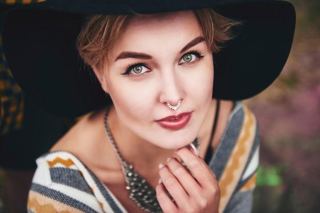 Ritratto di bella donna boho